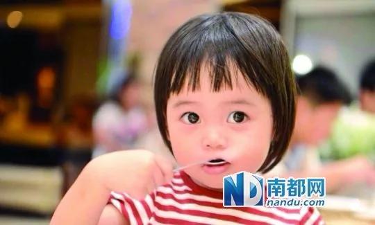 韩寒发女儿小野的照片,被姚晨一眼看中。