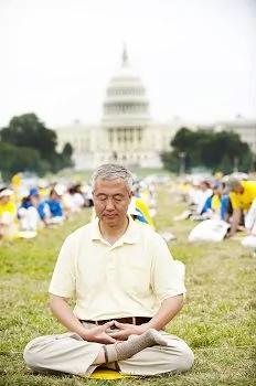 圖1.二零一四年七月汪志遠在華盛頓DC參加法輪功集會
