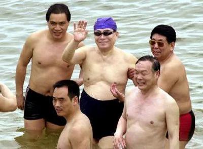 江澤民(中)在2000年訪問以色列時,在死海游泳。(取自網路)