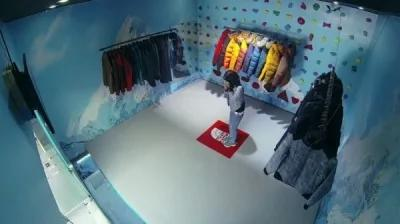 民众眼看试衣间地板开始往墙壁缩,不知所措。(图撷取自YouTube)