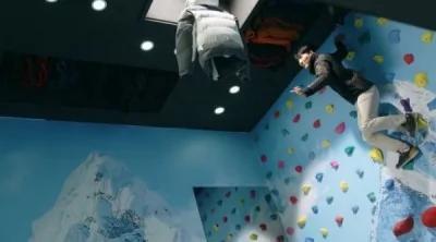 民众接获指示,必须跳向空中抓取外套。(图撷取自YouTube)