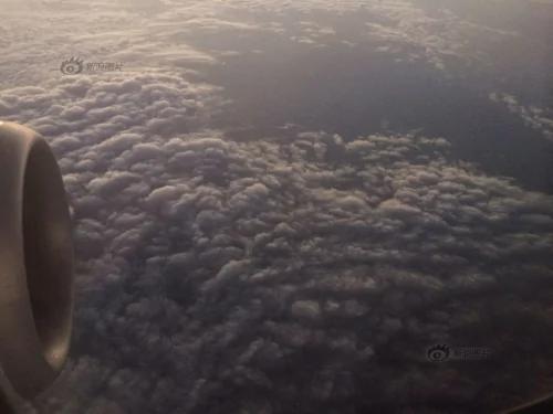 航班两次备降惹怒乘客 两女子踹开驾驶舱门 多图