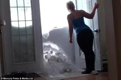 影片中,原本堵住家门口的厚厚雪墙突然崩塌。(图片撷取自每日邮报)