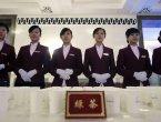 外媒看两会/男服务生倒茶,防止江式领导色迷迷? 组图