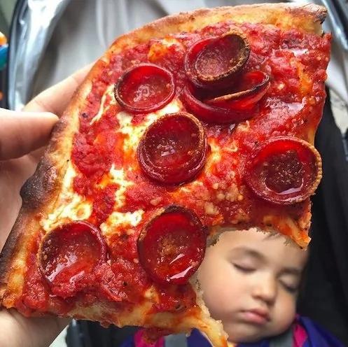 全紐約最吃得開的小孩!2歲小吃貨爆紅,上餐廳不用錢!組圖