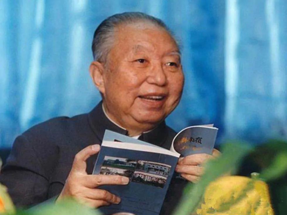胡锦涛重评华国锋 否定邓小平的不公贬低