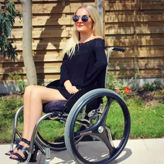 高顏值人氣的她15歲癱瘓,25歲讓明星膜拜…