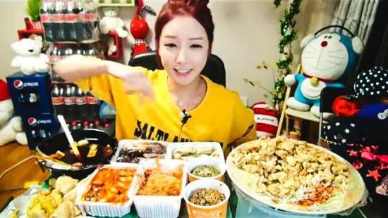 韓國美女直播吃飯每月賺9萬多 粉絲眾多