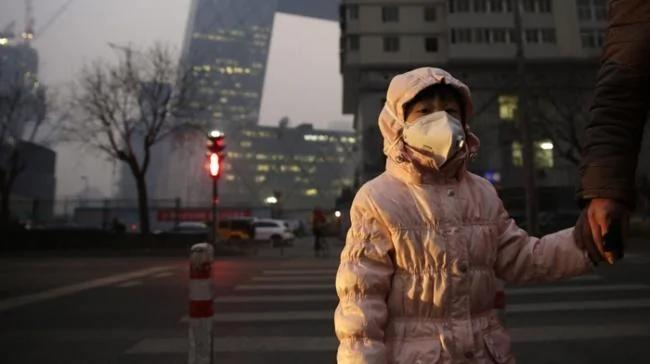 中国人戴上口罩向前走图- 阿波罗新闻网choose-過去式