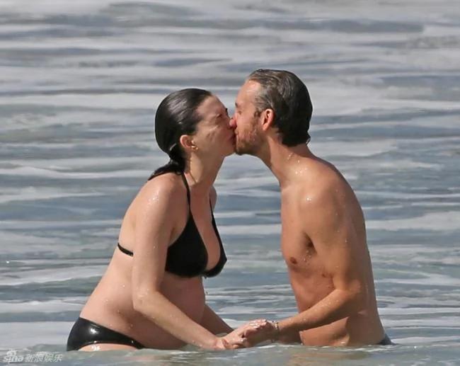安妮海瑟薇挺大肚玩水 與老公甜蜜熱吻
