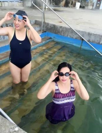 劉曉慶在太平洋里游泳 穿泳衣秀豐滿好身材