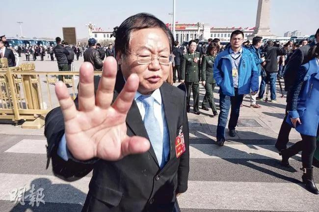 """曾庆红前秘书手挡记者镜头 避谈""""习核心"""" 图"""