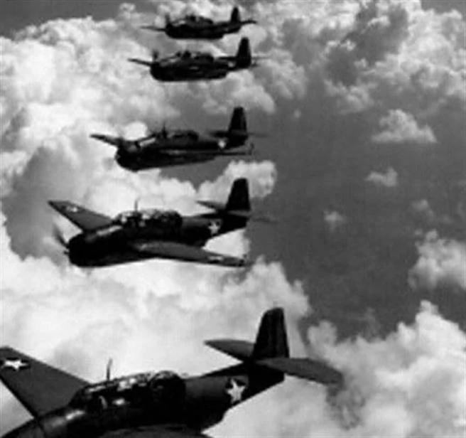 天文學家意外地看到已失蹤多年的5架克魯門復仇式轟炸機中的4架,在距火星幾公里遠的空域作編隊飛行。