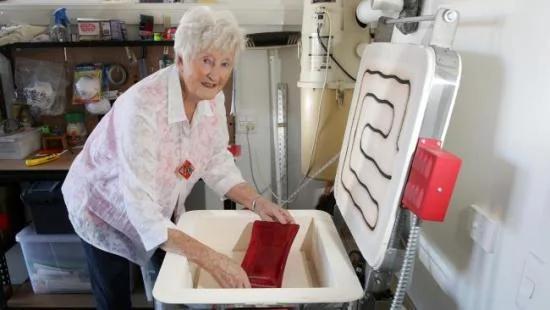 82岁老奶奶爱上玻璃制品自己打造玻璃餐具和饰品