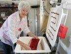 老奶奶爱上玻璃制品 自己打造玻璃餐具和饰品(图)