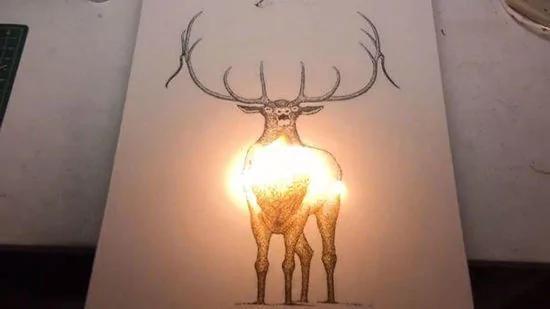 美国艺术家独创:火药燃烧后灰烬变成精美画作