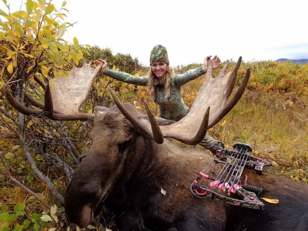 女猎手与猎物合影笑容灿烂引争议 称打猎是善行 组图