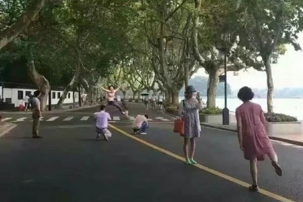 """杭州街头空无一车 市民马路""""压黄线""""取乐 组图"""