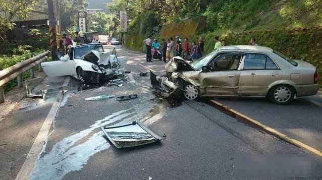 福特超車對撞保時捷 保時捷全毀了 組圖