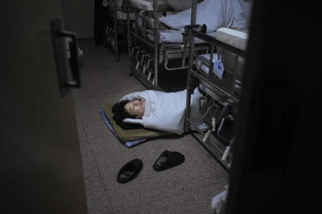实拍:午夜医院那些睡在地上的患者家属们 组图