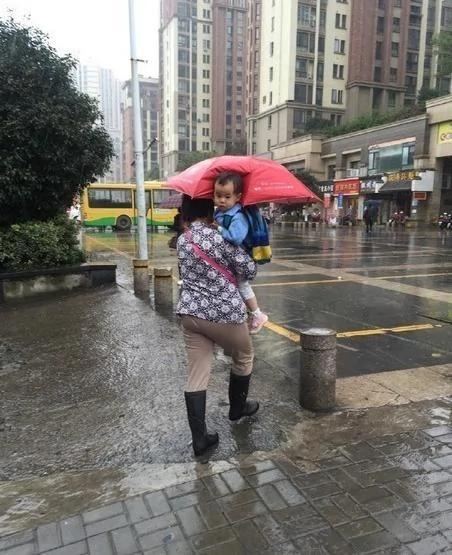 打伞小网红本尊现身 抱她的不是奶奶是外婆 图集