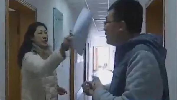 这位南京女官员火了 大骂你们就这德行