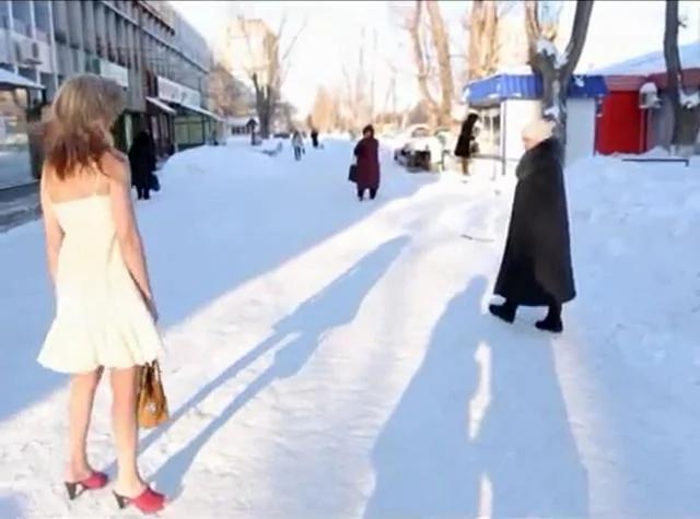 54岁女子无论冬夏短袖短裤 冻龄似少女