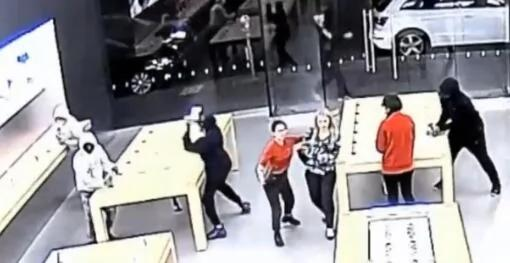 苹果零售店遭多次抢劫 店员都不管