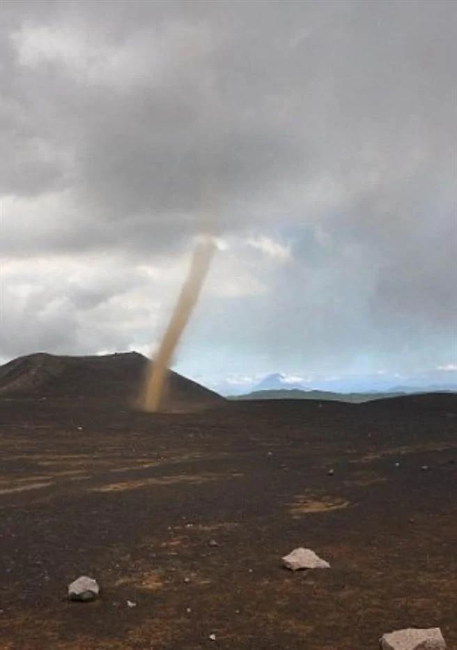 摄影师在旅游胜地扎营 竟惊见龙卷风袭卷而来