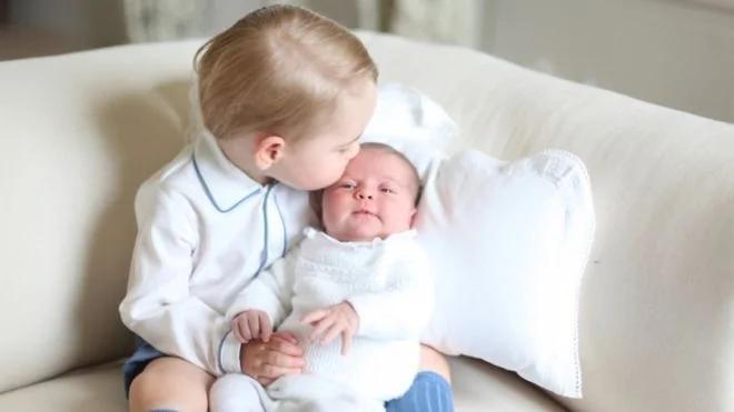 凯特王妃去年5月在诺福克郡的安默堡为她的两个孩子拍摄了这张照片