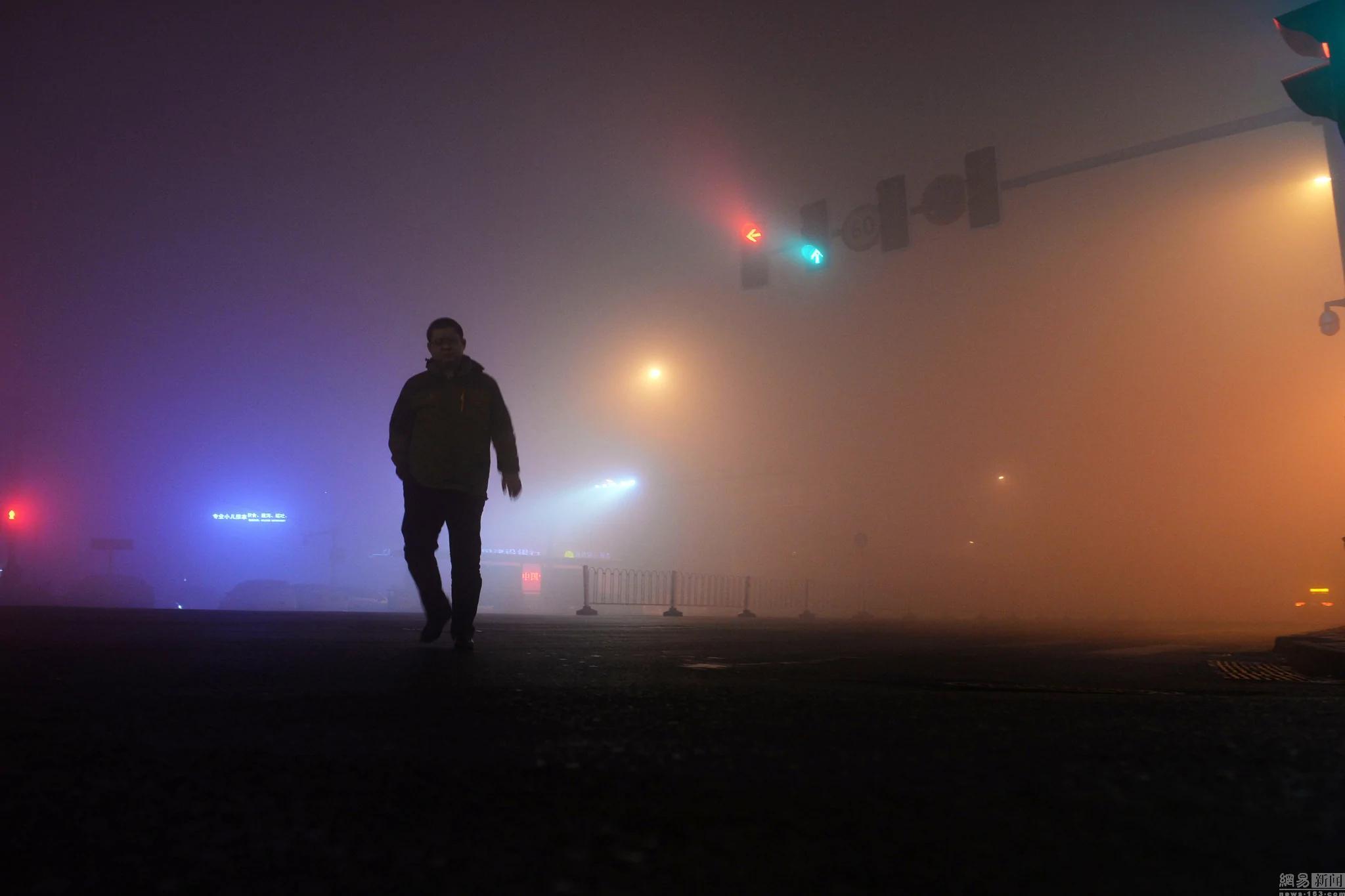 乌鲁木齐PM2.5也爆表了 连信号灯都变得模糊