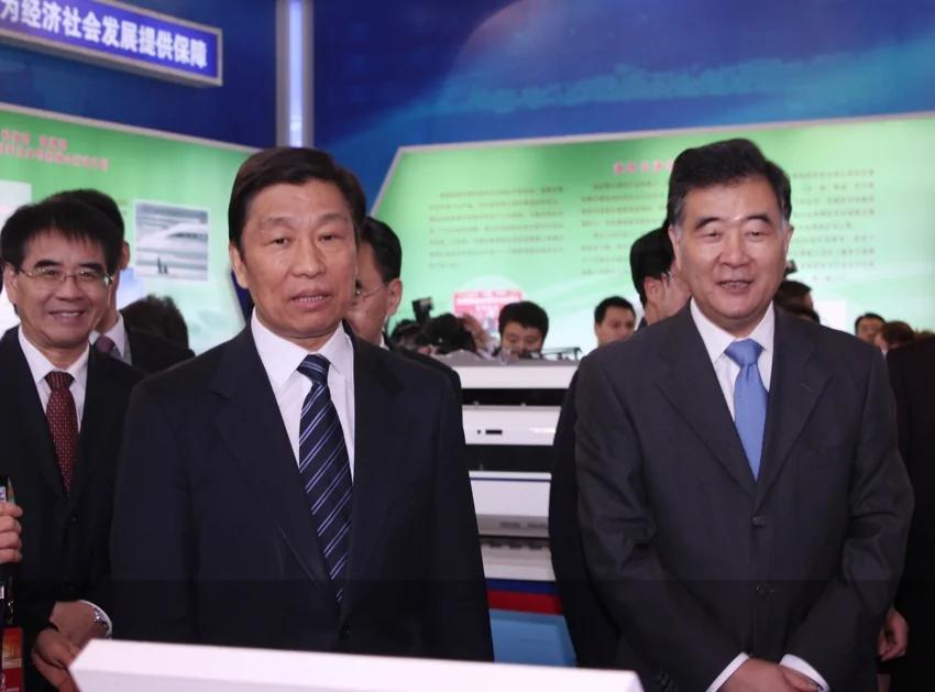 汪洋(右)和李源潮(中)