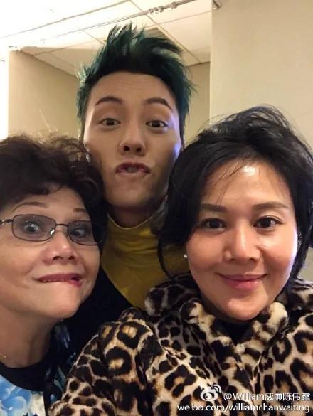 陳偉霆和姐姐媽媽做鬼臉 一看就是一家人