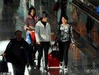 61岁刘晓庆回京 机场捡起被旅客乱扔的水瓶(组图)