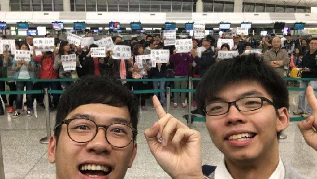 """在台涉嫌""""暴力接机""""黄之锋竹联帮元老张安乐之子抵达香港"""