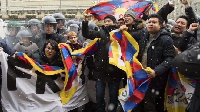 习近平抵瑞士 32名亲西藏示威者被捕