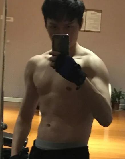 馮紹峰對鏡自拍秀肌肉 網友:看出來你吸腹了