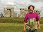 这位男子到了世界各地旅游并拍照 但当他身上的毛衣…(图集)