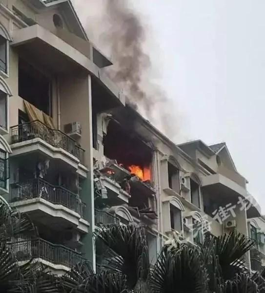 广东佛山一小区煤气爆炸 有人从7楼直接跳下