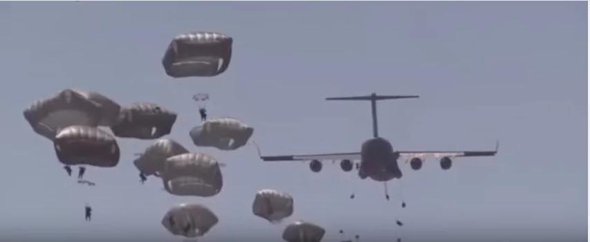 实拍美军运输机投放两空降师连队伞兵 令全世界人都目瞪口呆!