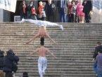 越南马戏团兄弟头顶着另一人走完90级台阶(图/视频)