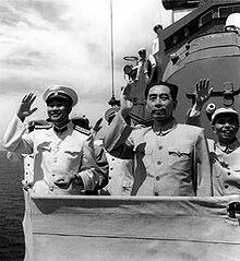 1957年8月,蕭勁光陪同周恩來在青島檢閱解放軍海軍艦艇部隊