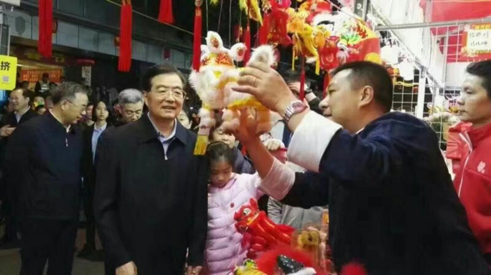 1月26日,年二十九,胡锦涛亮相广州花市,胡春华陪同