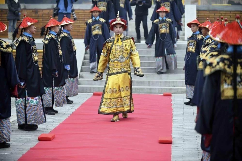 穿龙袍祭大地 他扮演27年皇帝 半小时叩头30个