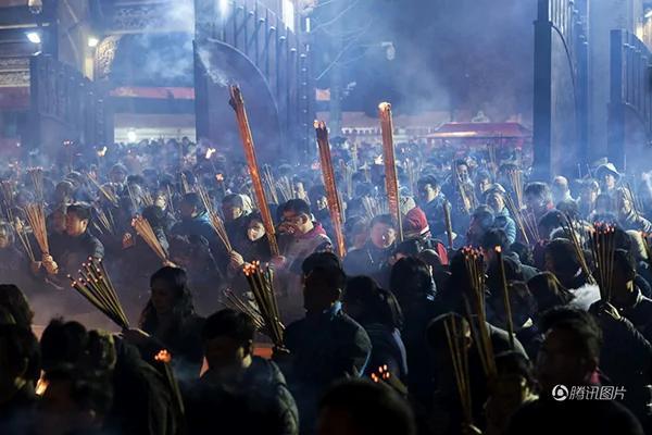 鸡年除夕夜至初一,全球寺庙被香客挤爆了!