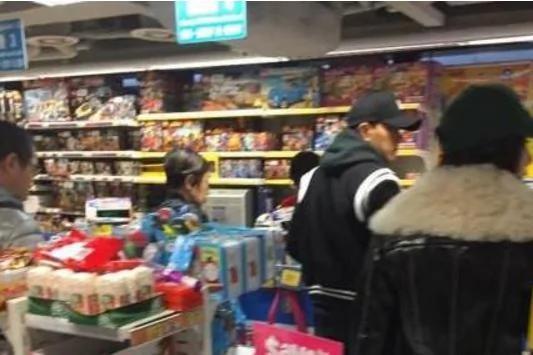 罕见!杨幂刘恺威一起带小糯米逛超市买玩具(组图)