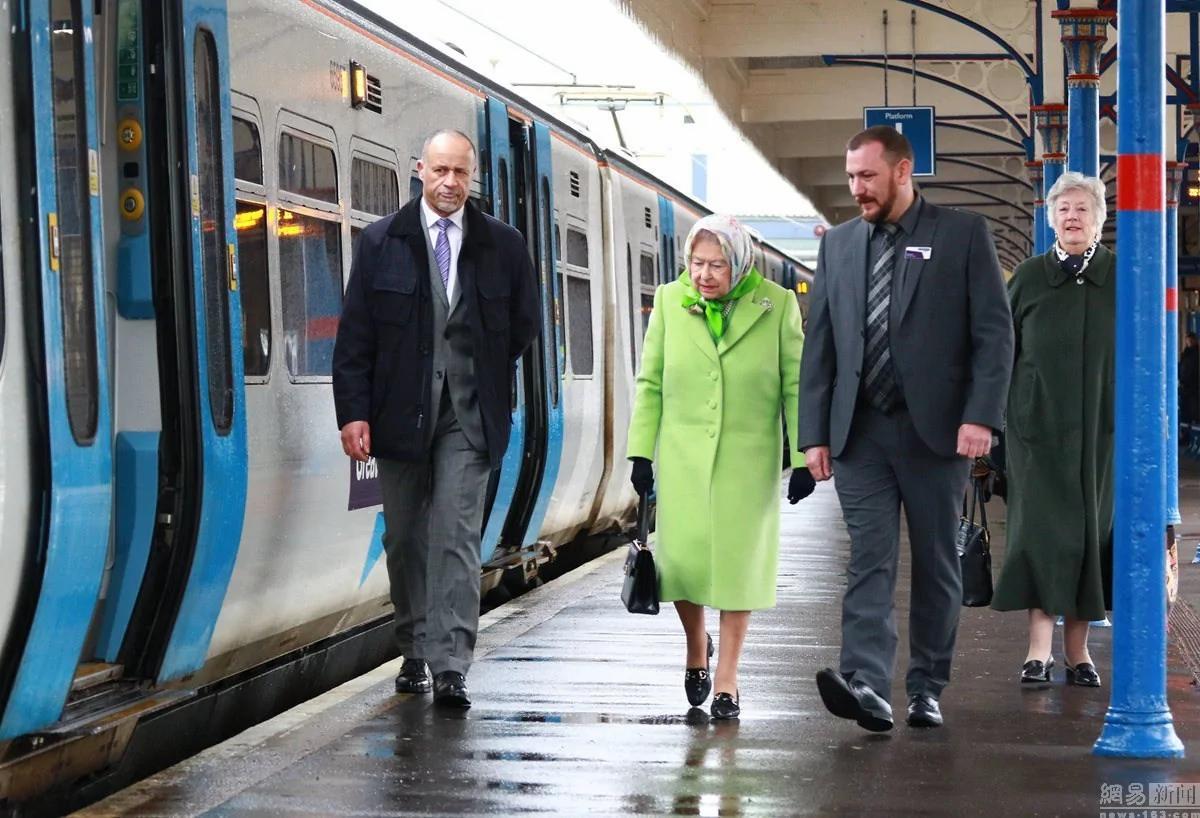 当地时间2017年2月7日,英国诺福克郡,英国女王伊丽莎白二世现身金斯林火车站,像普通民众一样乘坐火车返回伦敦。图为女王在站台