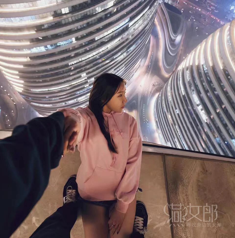 """爬遍北京地标高楼的95后美女 被称""""爬楼党"""""""