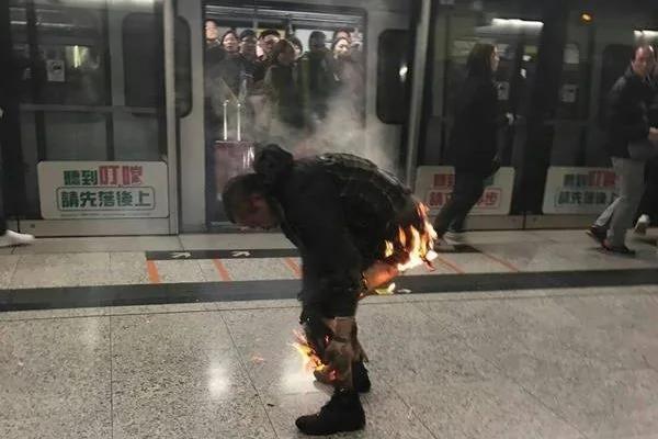 港铁纵火18人受伤 38岁台女重伤抢救