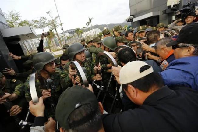 台灣退伍軍人 衝撞國防部 扔煙霧彈雞蛋